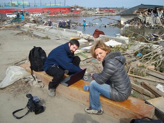 Juan Manuel Cuéllar y Almudena Ariza en Japón un mes después del tsunami. / CUADERNOS DE RODAJE